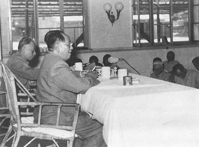 1958年8月17日中央政治局在北戴河召开扩大会议 会议通过了《关于在农村建立人民公社的决议》